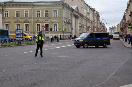 ST-PETERSBURG, RUSSIA — May 5, 2018: Military traffic police blocked the road during an opposition protest rally ahead of President Vladimir Putin's inauguration ceremony Éditoriale
