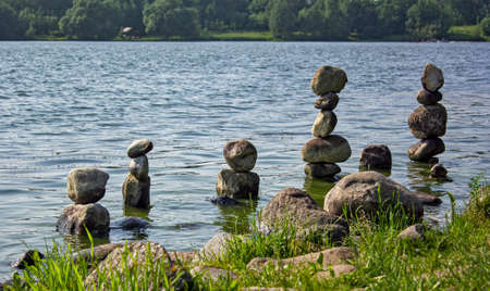 There are beautiful stone pyramids on the beach. Meditation in Europe Foto de archivo