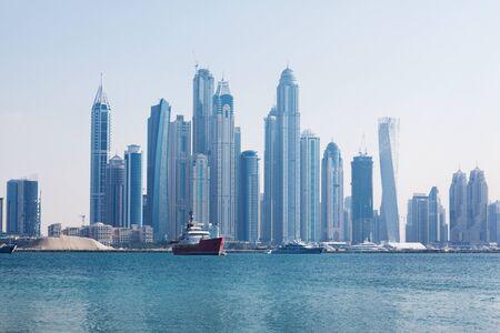 Belle vue sur les gratte-ciel de Dubaï à l'aube. Émirats arabes unis
