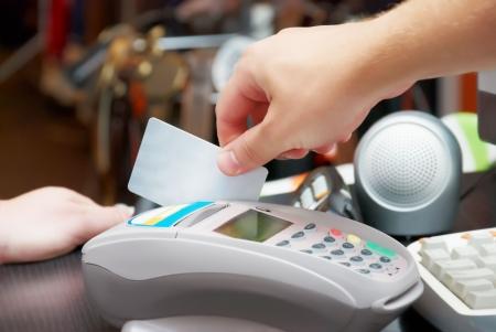 verkoper houden in zijn hand een credit card