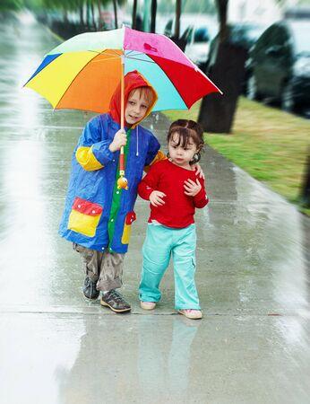 meisje en jongen gaan met de paraplu in de regen