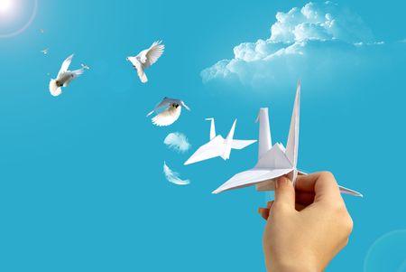 origami oiseau: lancement de la main dans le pigeon de papier de ciel