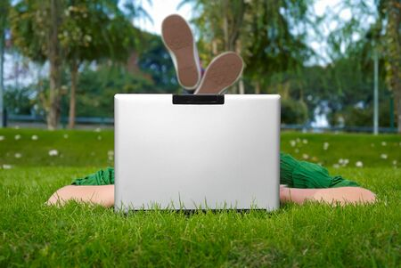 meisje met de laptop in het park