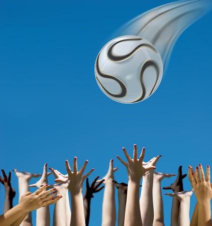 Handen voor het vangen van een bal uit de hemel  Stockfoto - 7408415