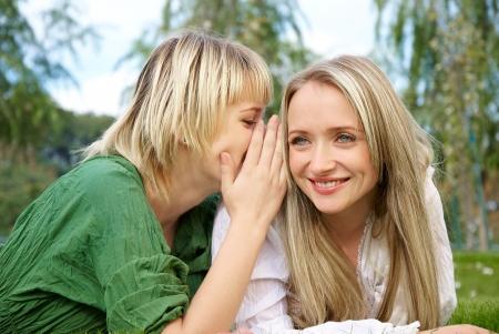 Foto van de twee meisjes die splijt geheimen met elkaar