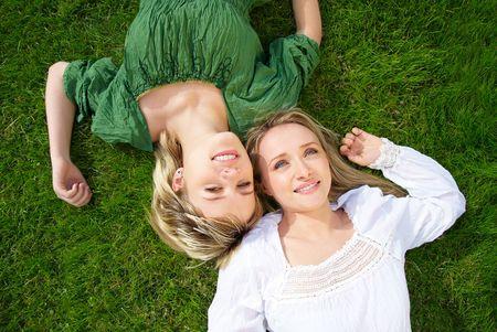 Twee meisjes in park op het gras  Stockfoto - 7487968