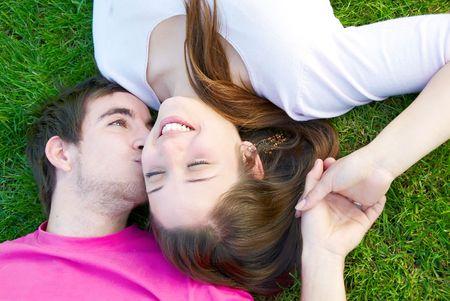 Jonge hou van paar zoenen op het groene gras