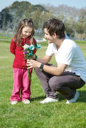 dochter en vader met grote bos van bloemen