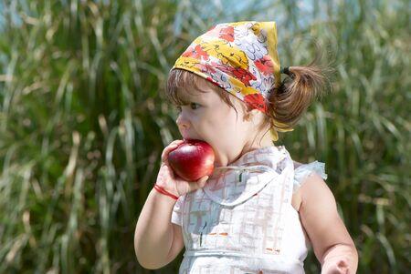 Niña come durazno en el Parque  Foto de archivo - 7720158