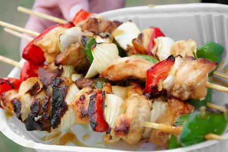 Brochette Kebab kip rund vlees varkens vlees UI Barbecue BBQ in handen Stockfoto