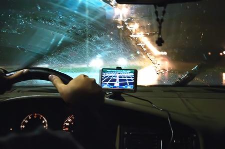 In een auto nacht. Op de voorruit is er een GPS-module. Stockfoto