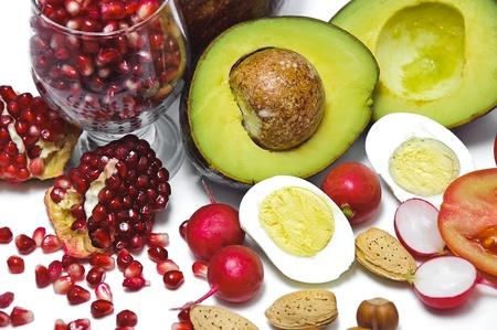 Pit Granate, avocado, ei, radijs, moer, tomaten geïsoleerd op witte achtergrond