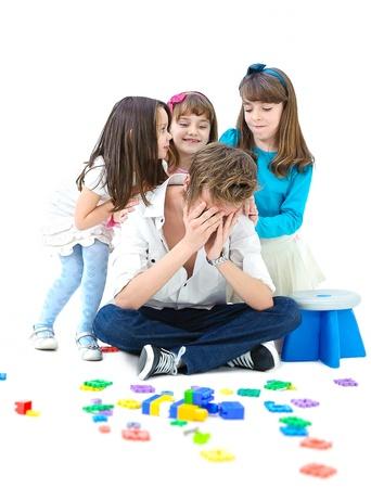 vader raakte vermoeid spelen met kinderen op een witte achtergrond