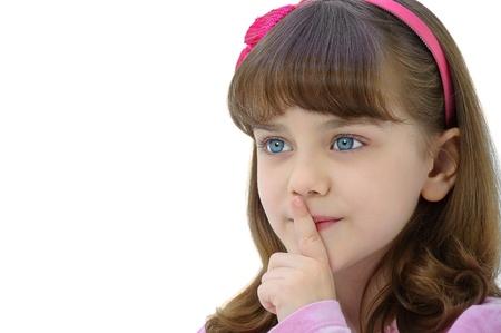 Meisje gebaren stilte teken geà ¯ soleerd op witte achtergrond Stockfoto