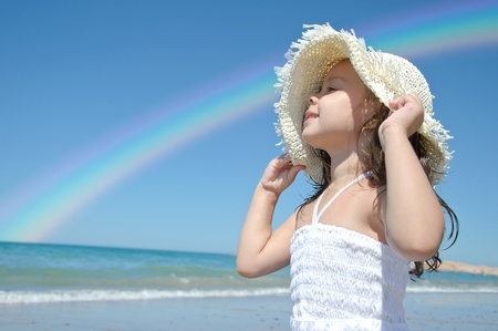 Meisje op het strand dragen van grappige hoed. Stockfoto