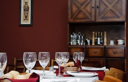 Geserveerd tafel in het restaurant interieur met kopie ruimte
