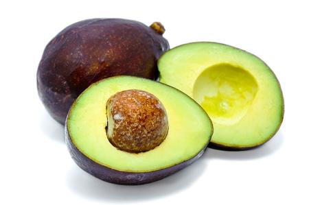 Verse tropische avocado fruit, gezonde voeding op wit, macro close-up over wit