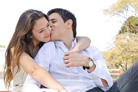 pareja de adolescentes: Retrato al aire libre feliz joven pareja de adolescentes