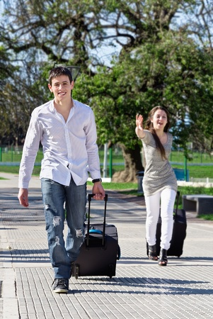mannen en vrouwen haasten met zak in het park