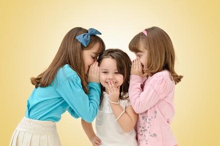 schattige jonge zusters het delen van een verrassend geheim Stockfoto