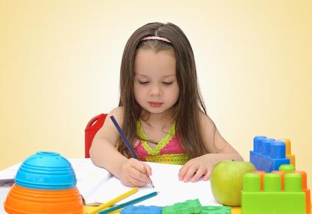 Schattig klein meisje gelijkspel met viltstift in de voorschoolse Stockfoto