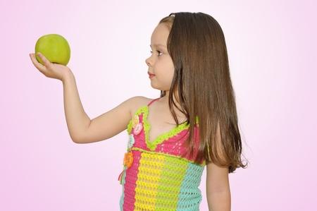 Retrato de una muchacha hermosa con manzana verde en la mano photo