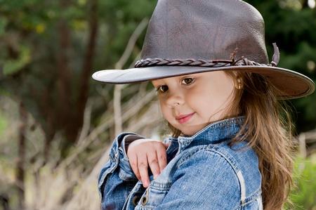 schattig klein meisje in cowboy hoed