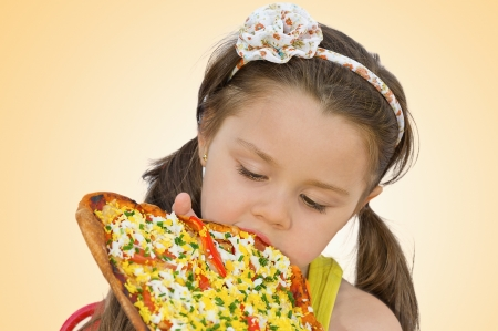 Petite fille mangeant de la pizza photo