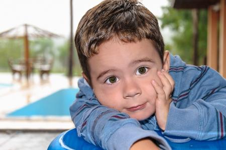 Een schattige kleine jongen boos Stockfoto