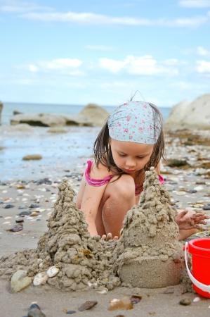 scarf beach: castillos de arena de construcci�n chica en la playa Foto de archivo