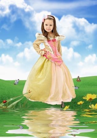 petite fille avec robe: belle petite fille habillée en princesse
