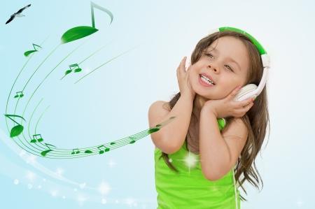 mooi klein meisje met een koptelefoon luisteren naar muziek