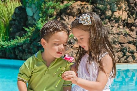 kleine jongen en meisje omhelzing in de zomer park