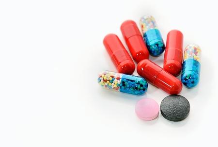 kleurrijke pillen, geïsoleerd op witte achtergrond Stockfoto