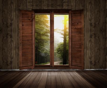 houten kamer met een raam uitzicht op de tuin Stockfoto