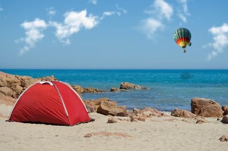 Tent op het strand voor u klaar met een luchtballon in de lucht