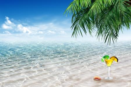 Drinken beker met het strand achtergrond Stockfoto - 17044193