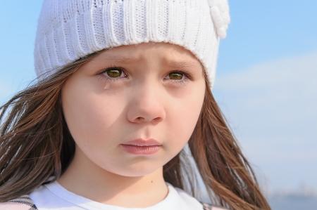 Portret van een schattig klein meisje huilen