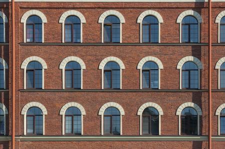Veel gelijke ramen van de fabriek in Sint-Petersburg stad in Rusland Stockfoto