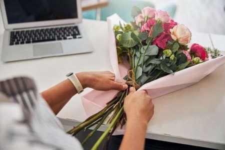Professional florist finishing making a beautiful bouquet Imagens