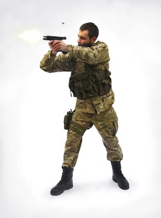 hombre disparando: Fondo de soldado blanco de tiro Foto de archivo