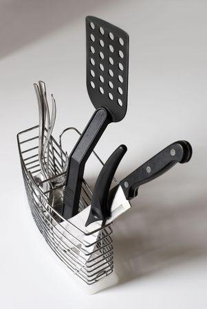 Keuken khifes, spons, vorken en spatel in stalen container. Stockfoto