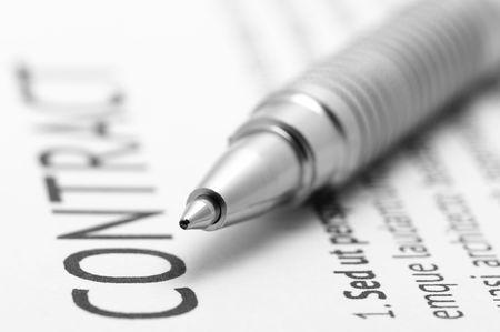 firmando: Close-up de plata pluma en contrato. Concentraci�n selectiva de l�piz.