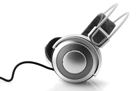 audifonos: Plata auriculares con cable aislado sobre fondo blanco.
