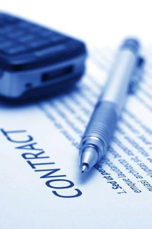 legal document: Primer plano de la pluma de plata y tel�fono m�vil en el contrato. Enfoque selectivo de l�piz. Tonificado imagen monocroma.