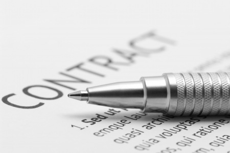 Close-up de plata pluma en contrato. Concentración selectiva de lápiz.