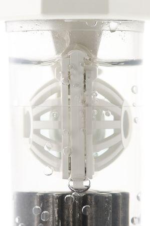 d�sinfectant: Gros plan de lentilles de contact dans le conteneur avec une solution d�sinfectante.