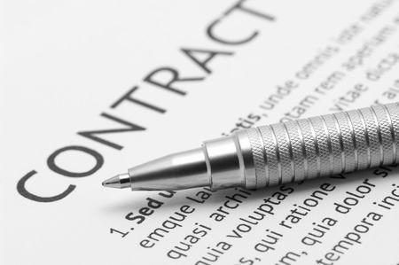 contrato de trabajo: Close-up de plata pluma en el contrato. Enfoque selectivo de l�piz.