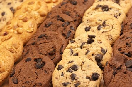 Cookies surtidas en filas, fotograma completo.