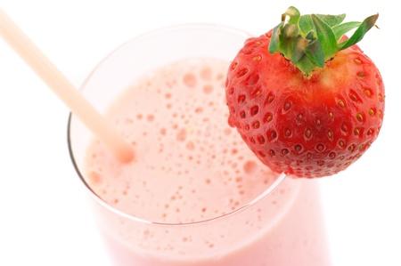 batidos frutas: Primer plano de fresa proteína cóctel sobre fondo blanco.